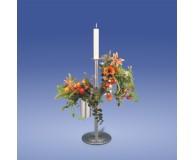 Standvase mit Kerze und Blumensträußen